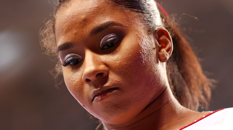 Jordan Chiles tar på seg en ansiktsmaske på en konkurranse