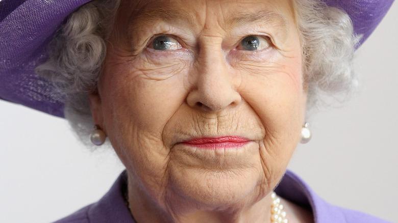 Dronning Elizabeth iført lilla hatt
