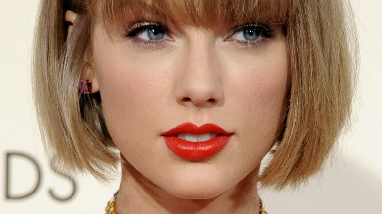 Taylor Swift smilende rød leppestift