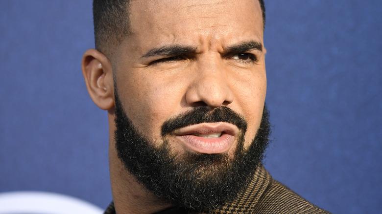 Drake ser bort