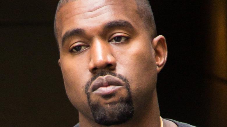 Kanye West går i New York City