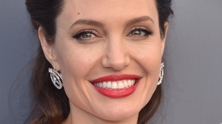 Angelina Jolie smiler på rød løper