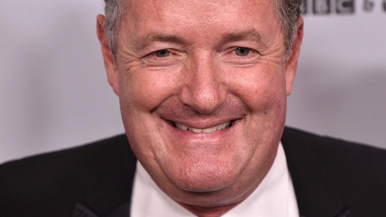 Piers Morgan smiler og ser på kameraet