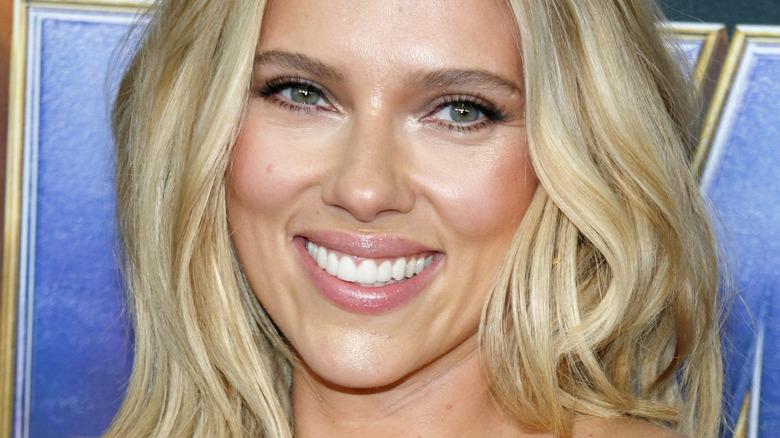 Scarlett Johansson smiler mot kameraet