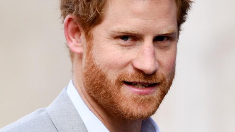 Prins Harry smiler mot kameraet