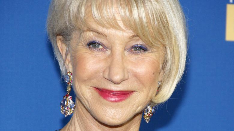 Helen Mirren smiler på den røde løperen