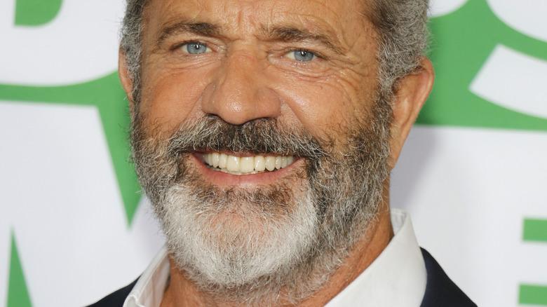 Mel Gibson smiler til rød løper