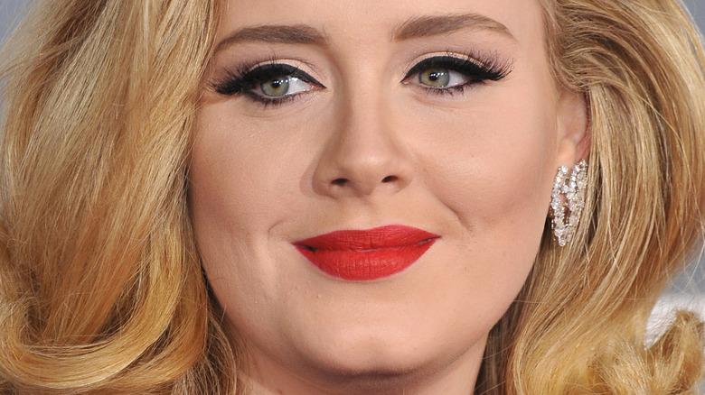 Adele poserer på den røde løperen