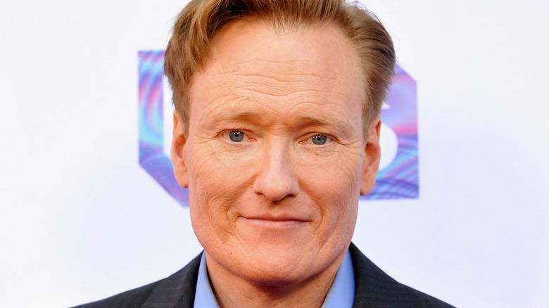 Conan O'Brien ser på kameraet