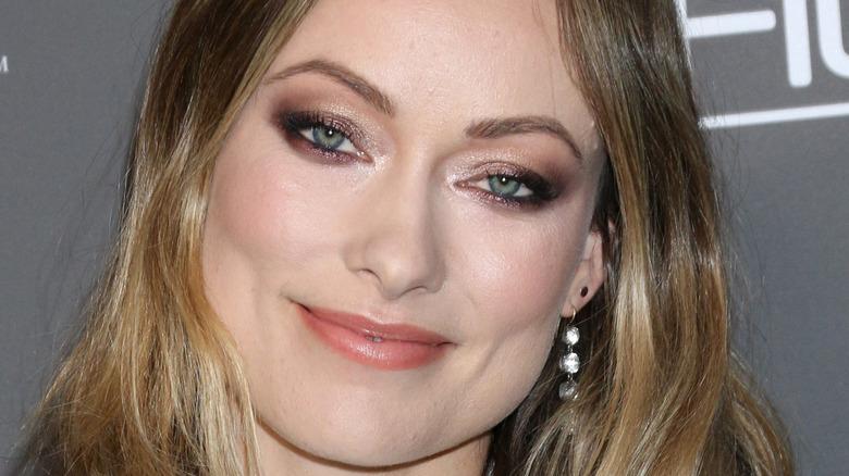 Olivia Wilde smilende gulløyenskygge