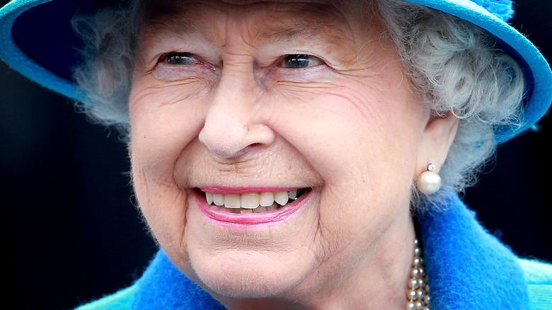 Dronning Elizabeth smiler på arrangementet