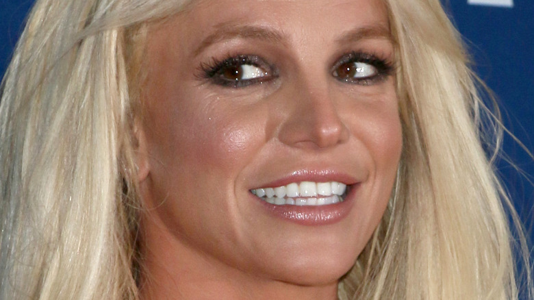 Britney Spears stirrer på siden