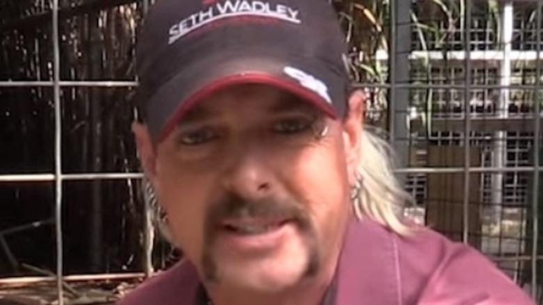 Joe Exotic smiler foran burene