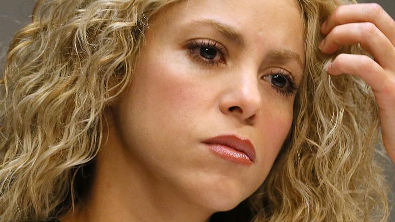 Shakira med et seriøst uttrykk