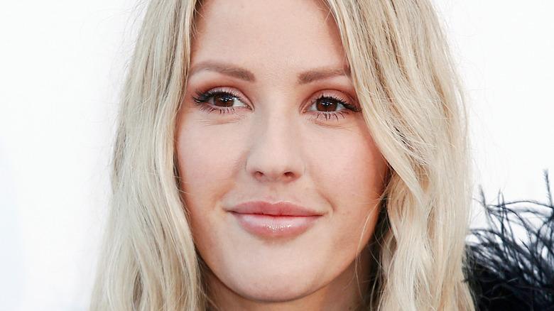 Ellie Goulding smilende