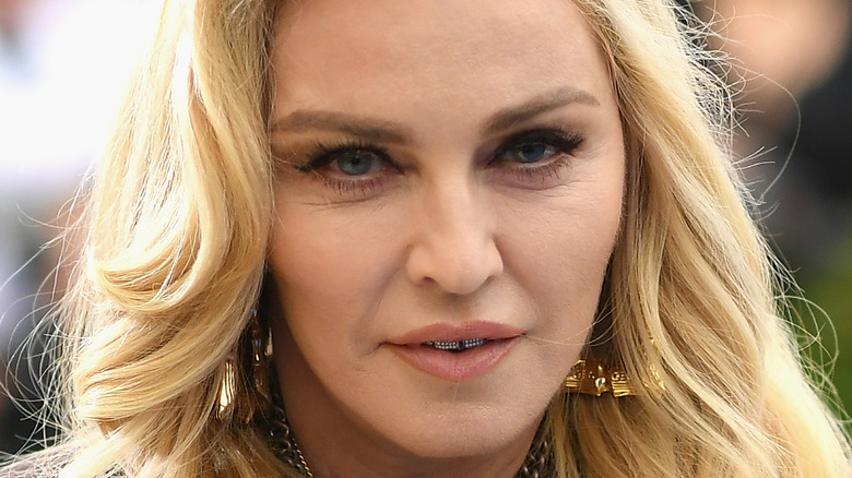 Madonna opptrer på scenen med øyelapp