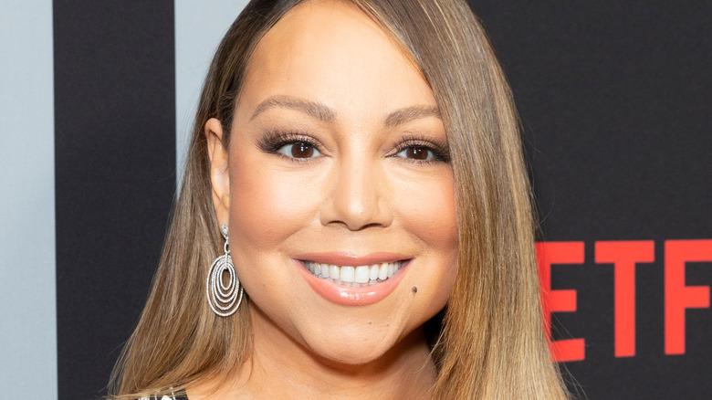 Mariah Carey smiler etter kameraer