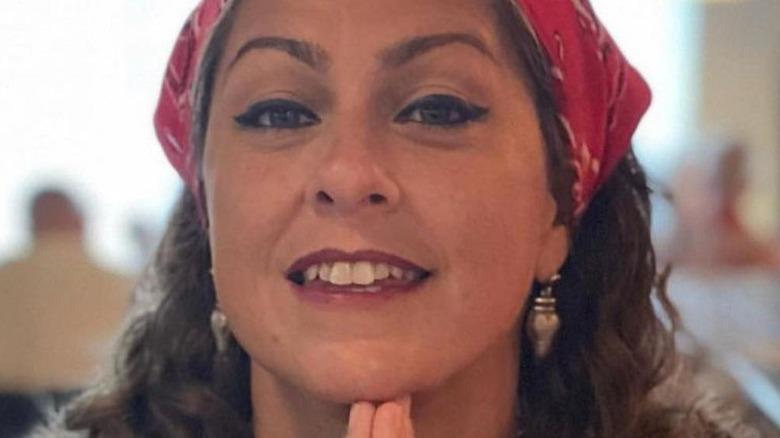 Amerikanske Pickers-stjerne Danielle Colby smilende og iført bandana
