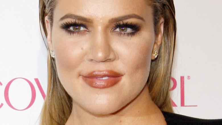 Khloé Kardashian smiler og ser til siden