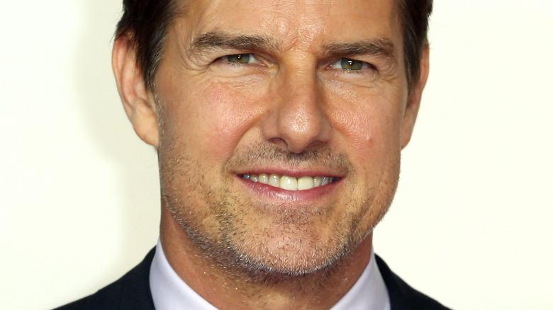 Tom Cruise smiler og myser