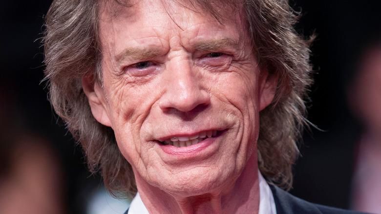 Mick Jagger på den røde løperen smilende
