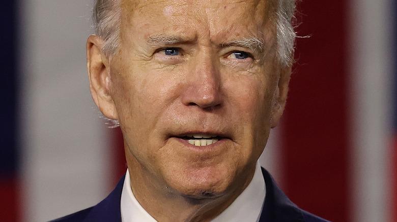 Joe Biden snakker og ser til siden