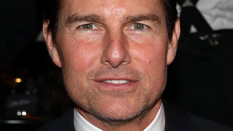 Tom Cruise ser på kameraet med et lite smil