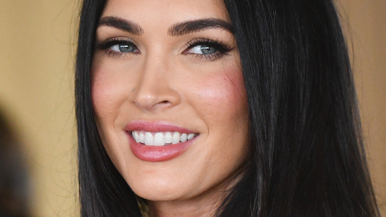 Megan Fox ser smilende til side