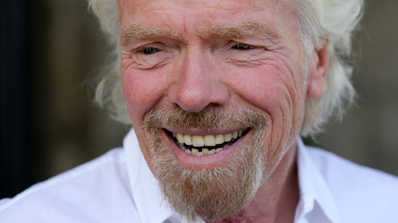 Richard Branson smiler og ser til siden