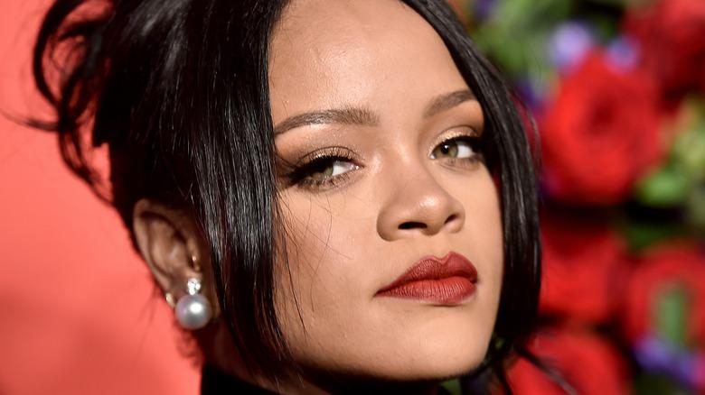 Rihanna iført rød leppestift