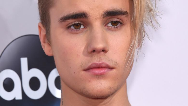 Justin Bieber ser på siden med alvorlig uttrykk
