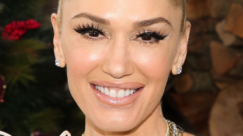 Gwen Stefani, foto fra 2020, smilende, håret opp