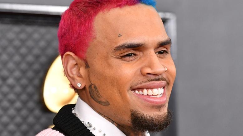 Chris Brown smiler på den røde løperen
