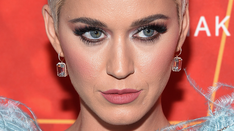 Katy Perry med et seriøst uttrykk