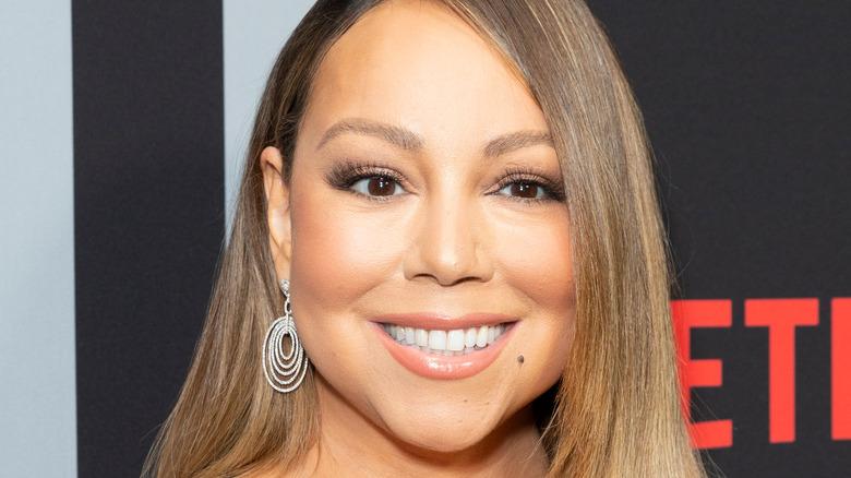 Mariah Carey smiler på den røde løperen