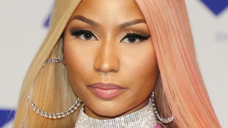 Nicki Minaj med seriøst uttrykk på den røde løperen