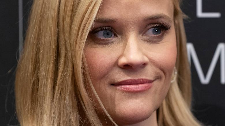 Reese Witherspoon smiler på den røde løperen