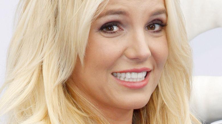 Britney Spears smiler etter kameraer