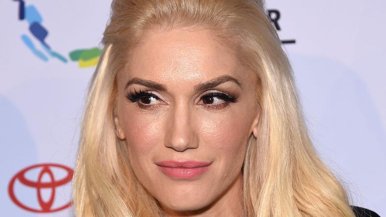 Gwen Stefani stirrer på siden