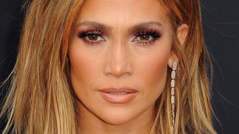 Jennifer Lopez med seriøst uttrykk på rød løper