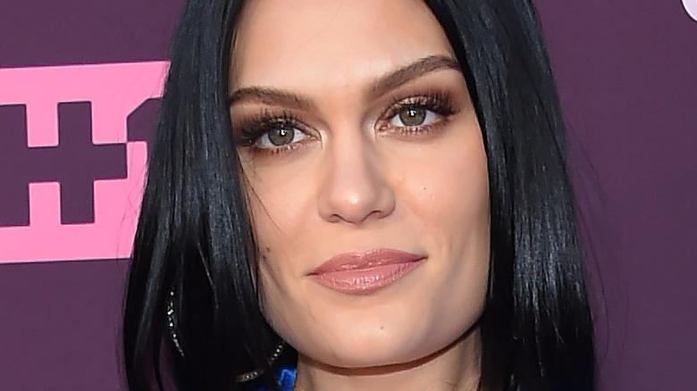 Jessie J stirrer foran