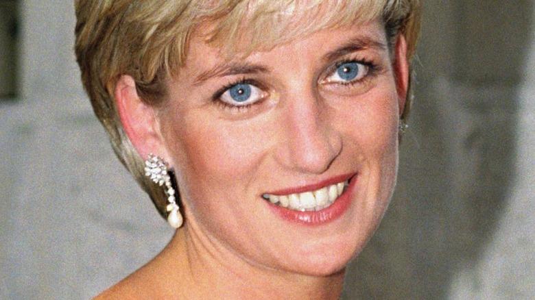 Prinsesse Diana smiler