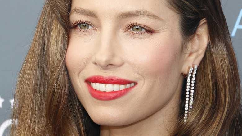 Jessica Biel smiler rød leppestift