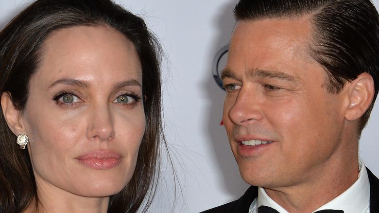 Brad Pitt ser på Angelina Jolie