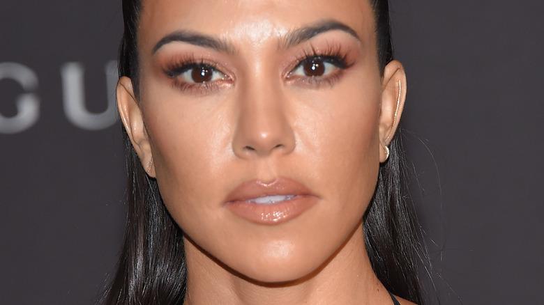 Kourtney Kardashian med seriøst uttrykk på den røde løperen