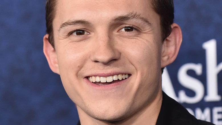 Tom Holland smilende øyenbryn