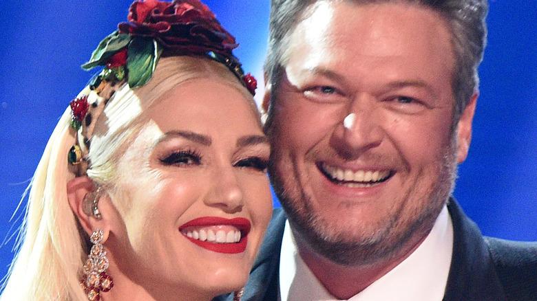 Gwen Stefani og Blake Shelton stiller på scenen under den 62. årlige GRAMMY Awards