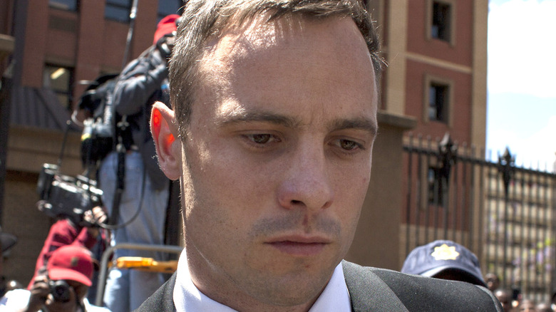 Oscar Pistorius ser ned utenfor retten