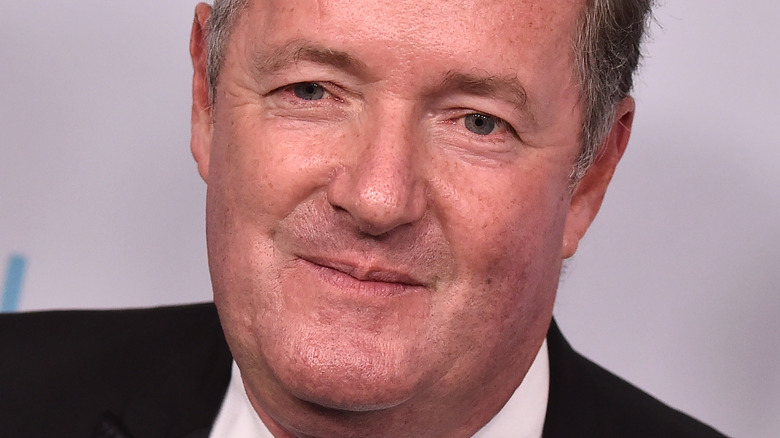Piers Morgan poserer på den røde løperen