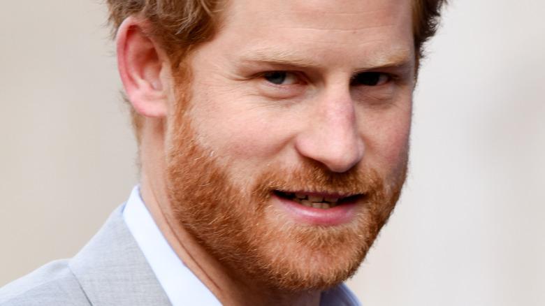 Prins Harry stirrer på kameraet